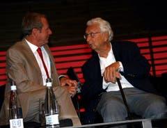 Kurt Aeschbacher im Gespräch mit Walter Roderer am 90-Jahr-Jubiläum der Pro Senectute des Kantons Luzern 2009. (Bild: Archiv Neue LZ)