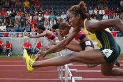 Brianna Rollins (links) gewinnt in 12,63 Sekunden das 100m Hürdenrennen der Frauen. (Bild: Philipp Schmidli / Neue LZ)