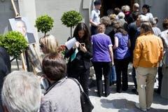 Gäste warten auf Einlass vor der Kirche. (Bild: Keystone)