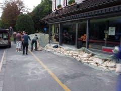 Beim Marzilibad schützen Anwohner eine Bäckerei mit Sandsäcken. (Bild: Jonas Schärer)