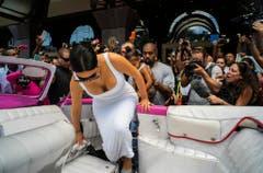 Kim Kardashian besteigt in Kubas Hauptstadt Havanna eine Edelkarosse. (Bild: Keystone)