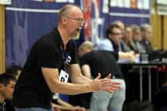 Der Krienser Trainer Torben Winther feuert seine Mannschft an. (Bild: Philipp Schmidli / Neue LZ)