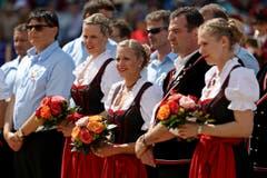 Die Ehrendamen beobachten das Geschehen. (Bild: Philipp Schmidli / Neue LZ)