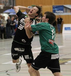 Kriens Thomas Hofstetter (links) gegen Wacker Thuns Roman Caspar. (Bild: Philipp Schmidli/Neue LZ)