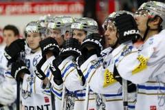 EV Zug Stürmer Dominic Lammer (Mitte) und seine Mitspieler sind sichtlich enttäuscht nach der 3-1 Niederlage im Eishockey-Meisterschaftsspiel der National League A zwischen den Kloten Flyers und dem EV Zug. (Bild: Keystone)