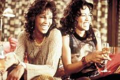 1995 folgte der Film «Waiting to Exhale» zu dem sie mit unter anderem Mary J. Blige und Toni Braxton den Soundtrack aufnahm. Die Single «Exhale» brachte Houston abermals einen Nummer-eins-Hit in den Billboard Charts ein – ihren elften und letzten. (Bild: Imago)