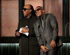 Stevie Wonder (links) and Schauspieler Jamie Foxx. (Bild: Keystone)