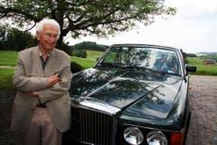 Walter Roderer mit seinem Bentley. (Bild: Archiv Neue LZ)