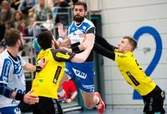 HCK-Topskorer Vukasin Stojanovic wird von zwei St. Gallern gebremst. (Bild: Eveline Beerkircher / Neue LZ)