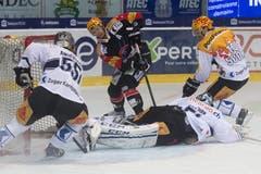 Fribourgs Topscorer Julien Sprunger (Mitte) im Kampf um den Puck gegen Zugs Calle Andersson, Goalie Tobias Stephan, Daniel Sondell (von links). (Bild: Keystone)