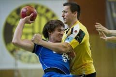 HCK-Spieler David Nyffenegger versucht sich gegen Nejc Hojc durchzusetzen. (Bild: Keystone)