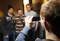 Die beiden EVZ-Torhüter Sandro Zurkirchen und Jussi Markkanen (rechts) mit Fan Manuel Bahner. (Bild: Stefan Kaiser / Neue ZZ)