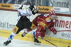 Langnaus Kyle Wilson (rechts) kämpft um den Puck gegen Zugs Johan Morant. (Bild: Keystone / Marcel Bieri)