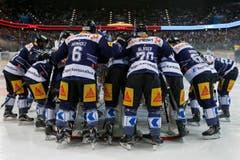 Die Spieler des EV Zug vor dem Eishockey-Meisterschaftsspiel. Da war die Welt noch in Ordnung. (Bild: Keystone/ Alexandra Wey)