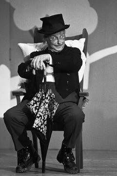 Walter Roderer in seiner Glanzrolle, der Bauernkomödie «Der verkaufte Grossvater», am 5. November 1991 in Chur. Das Stück brachte es auf 749 Aufführungen. (Bild: Keystone / W. Bieri)