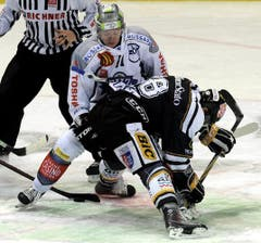 Zugs Esa Pirnes (oben) gegen Kevin Romy. (Bild: Keystone/Karl Mathis)