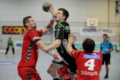 Der Krienser Handballer Tobias Baumgartner wird von Martin Pracher (links) und Manuel Reber zurückgehalten. (Bild: Boris Bürgisser / Neue LZ)