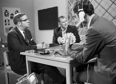 Kurt Felix (rechts), Moderator «Stöck-Wys-Stich», mit Hansjakob Bertschinger vom Fernseh-Jass-Team und Jassschiedsrichter Göpf Egg im Jahr 1968. (Bild: SRF)