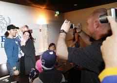 EVZ-Stürmer Josh Holden im Blitzlicht mit Michèle Bucher und Tochter Addison. (Bild: Stefan Kaiser / Neue ZZ)