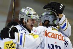 die Zuger Spieler Sven Lindemann (links) und Josh Holden (rechts) freuen sich über das Tor für ihre Mannschaft. (Bild: Keystone)