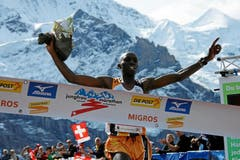 Gikuni Geoffrey Ndungu (KEN) läuft als Sieger des 21. Jungfrau Marathon in einer Zeit von 02:50:28,4 ins Ziel bei der Kleinen Scheidegg. (Bild: Swiss Image / Andy Mettler)
