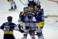Ambris Alexandre Giroux, (rechts) und Mikko Maeenpää (links) freuen sich über das 3:2 Schlussresultat durch Cory Emmerton (mitte). (Bild: Keystone / Samuel Golay)