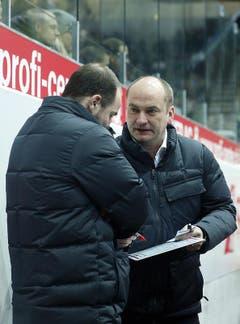 Der Klotener Cheftrainer Tomas Tamfal bespricht sich mit seinem Assistenztrainer Frederic Rothen.