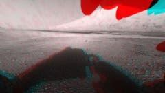 So sieht es vor dem Rover aus – in 3D. Hier ist der Mount Sharp ebenfalls zu erkennen, auch wenn er von einem Bestandteil der Bohrvorrichtung verdeckt wird. (Bild: Nasa / JPL-Caltech)