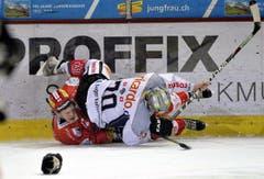 Duell zwischen Gaetan Haas (links) und Yannick Blaser. (Bild: Keystone)