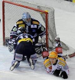 Auch in der regulären Spielzeit war Goalie Nolan Schaefer von Ambri nicht zu bezwingen,wie hier von Damien Brunner. (Bild: Keystone)