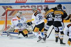 Luganos Tony Martensson, (2. v. rechts) erzielt das 3:2. (Bild: Keystone / Davide Agosta)