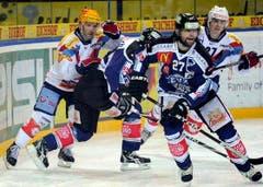 Micki Dupont (links) und Roman Wick (rechts) gegen Patrick Fischer und Josh Holden. (Bild: Keystone)
