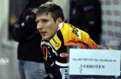 Damien Brunner sitzt auf der Strafbank. (Bild: Keystone/Sigi Tischler)