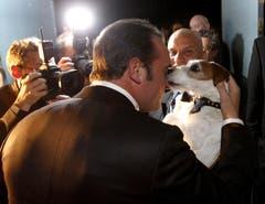 Jean Dujardin wird von seinem Hund Uggie zum Oscar beglückwünscht. (Bild: Keytone)