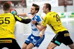 Tobias Baumgartner vom HC Kriens-Luzern wird von den St. Gallern Marcel Engels (links) und Jakub Szymanski gebremst. (Bild: Eveline Beerkircher / Neue LZ)