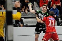 Der Krienser Handballer Tobias Baumgartner wird von Marcel Bovey zurückgehalten. (Bild: Boris Bürgisser / Neue LZ)