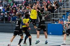 Der Krienser Boris Stankovic wehrt sich gegen den St. Galler Jakub Szymanski. (Bild: Roger Grütter / Neue LZ)