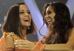 Alina Buchschacher (links) realisiert ihre Wahl zur Miss Schweiz. (Bild: Keystone)