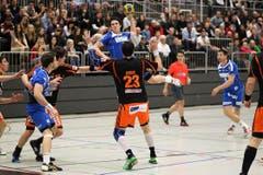HCK-Spieler Nicolas Raemy versucht aufs Tor zu schiessen. (Bild: Roger Zbinden / Neue LZ)