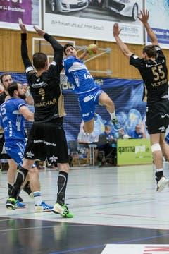 Am Ball: Aleksandar Radovanovic (Nr. 20) (Bild: Manuela Jans- Koch (Neue LZ))