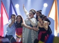 Serbien: Bojana Stamenov bei ihrem Song 'Beauty Never Lies'. Ein Selfie war da auch noch drin. (Bild: GEORG HOCHMUTH)
