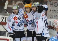 Die Zuger Fabian Schnyder, Damien Brunner und Josh Holden (von links) jubeln nach dem 1:2. (Bild: Keystone)