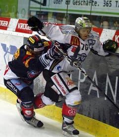 Victor Stancescu Stürmer Kloten Flyers, links, gegen EV Zug-Verteidiger Yannick Blaser. (Bild: Keystone)