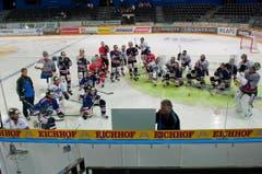 Cheftrainer Doug Shedden erklärt den Spielern sein System. (Bild: Roger Grütter/Neue LZ)