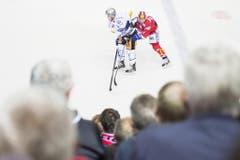 Nolan Diem (links) gegen Philip Beeler in der Eishalle Deutweg. (Bild: Keystone)