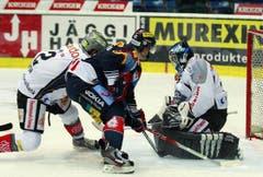 Kloten Flyers Stürmer Simon Bodenmann, Mitte, schiesst den Ausgleich zum 1:1 gegen den Zuger Torhüter Sandro Zurkirchen.