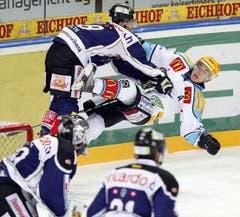 Fabian Lüthi (links) fährt Reto Suri um. (Bild: Keystone)