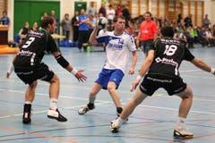 Silvan Fässler vom HC Malters versucht sich gegen die Krienser Daniel Fellmann (links) und Boris Stankovic durchzusetzen. (Bild: Roger Zbinden/Neue LZ)