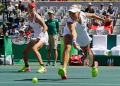 Russlands Ekaterina Makarova (rechts) und Partnerin Elena Vesnina spielen gegen die Schweiz. (Bild: AP Photo/Charles Krupa)