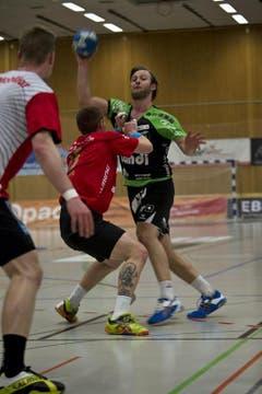 Thomas Hofstetter spielt einen Pass auf den Kreisläufer. (Bild: Manuela Jans / Neue LZ)